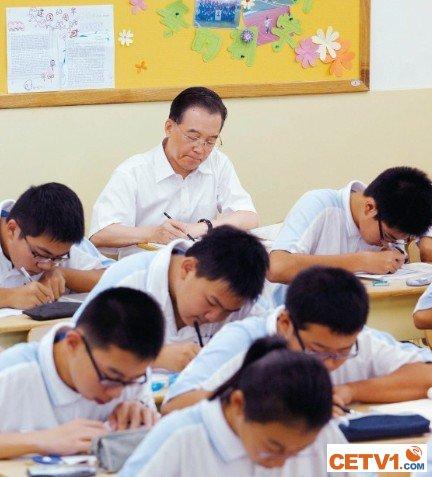 温家宝和孩子们在一起学习