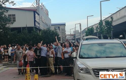 郑州一女子坠楼身亡 围观群众曾劝其不要做傻事